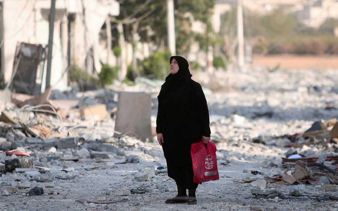 Síria parada em rua destruída