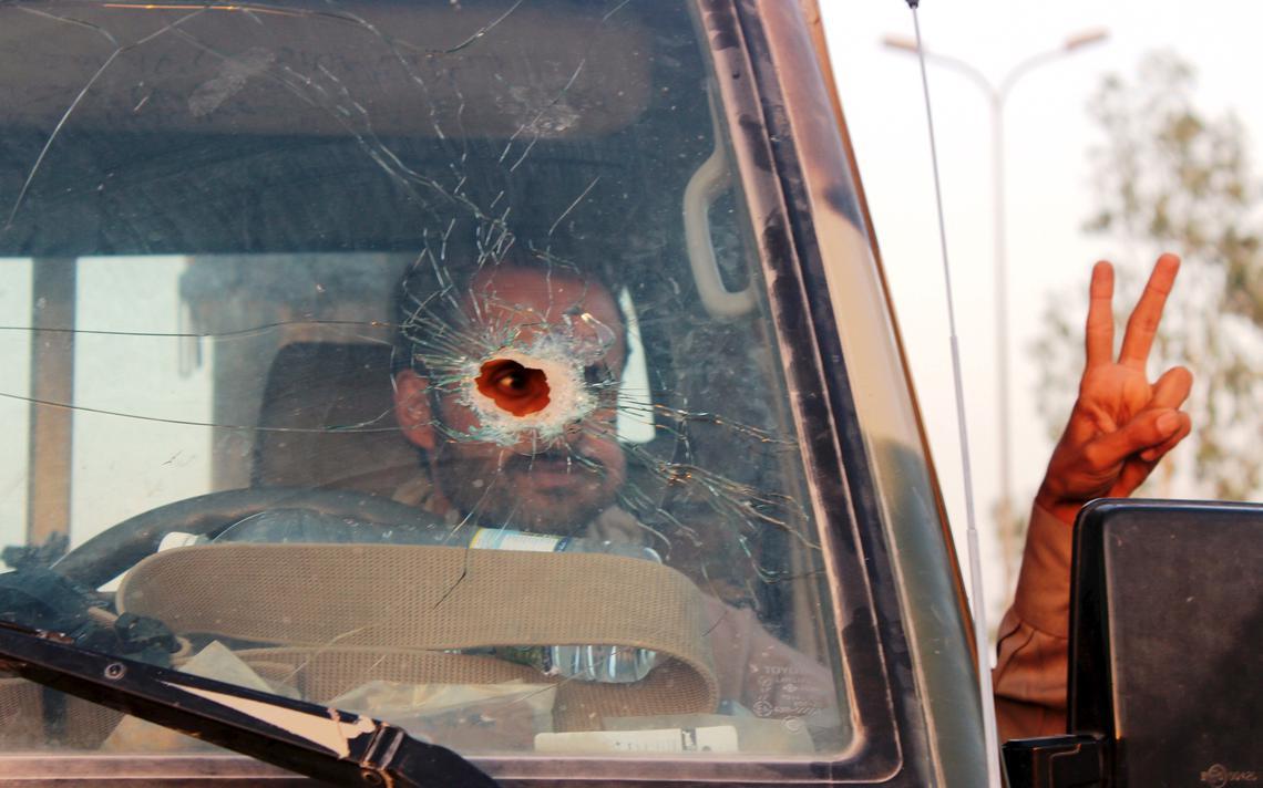 Homem dirige caminhão atingido por tiro