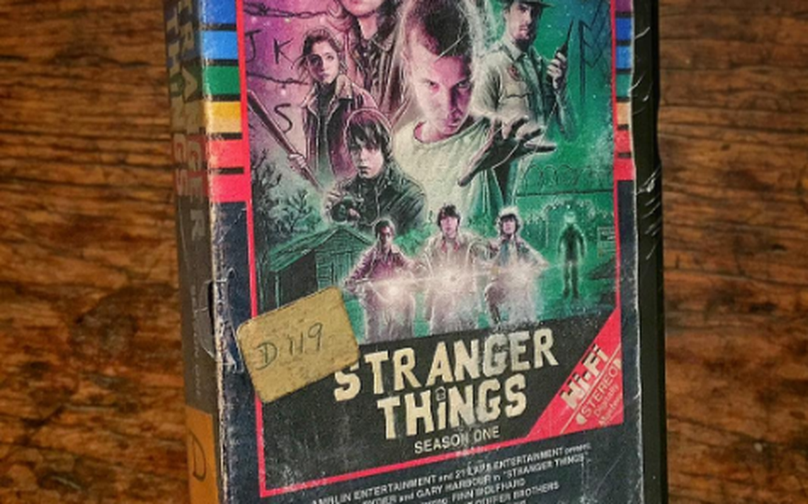 Capa em VHS feita para a série 'Stranger Things' (2016), feita por Steelberg