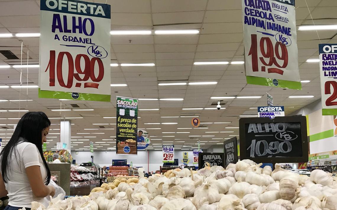 Consumidora escolhe produtos em supermercado no Rio de Janeiro