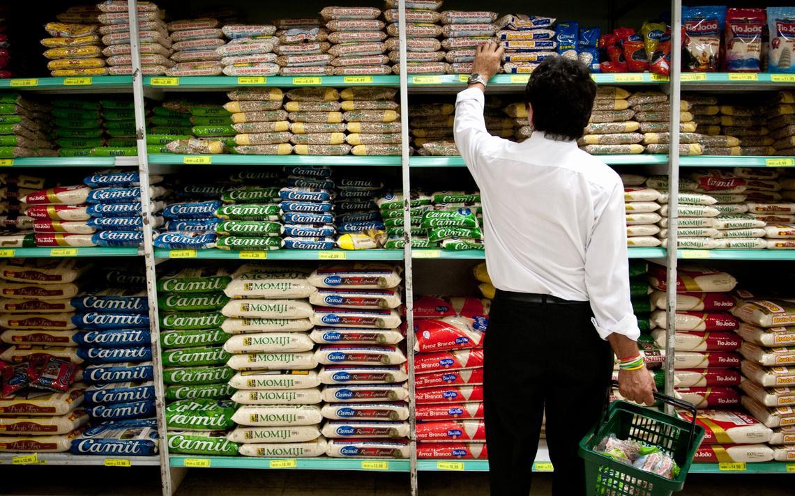 Homem faz compras em supermercado em São Paulo
