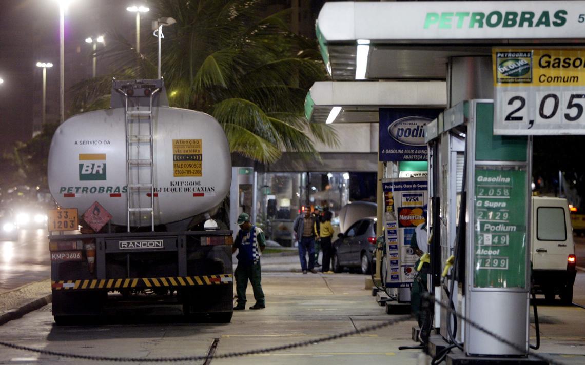 Caminhão tanque entrega combustível em um posto do Rio de Janeiro