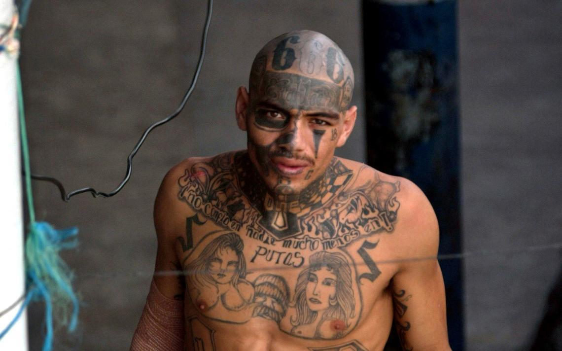 Presidiário na América Central mostra suas tatuagens