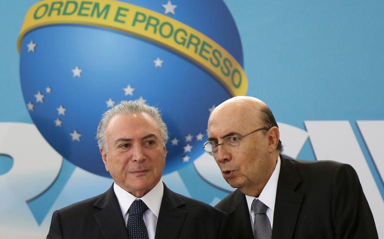 Presidente ouve ministro Henrique Meirelles durante cerimônia no Planalto