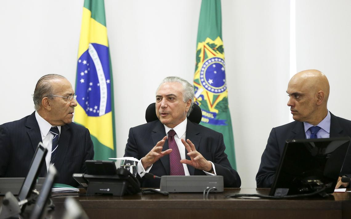 Presidente Michel Temer entre o ministro Eliseu Padilha (Casa Civil) e Alexandre de Moraes (Justiça)