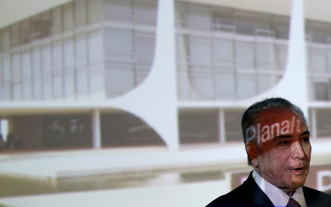 Presidente aparece em frente a foto do Palácio do Planalto