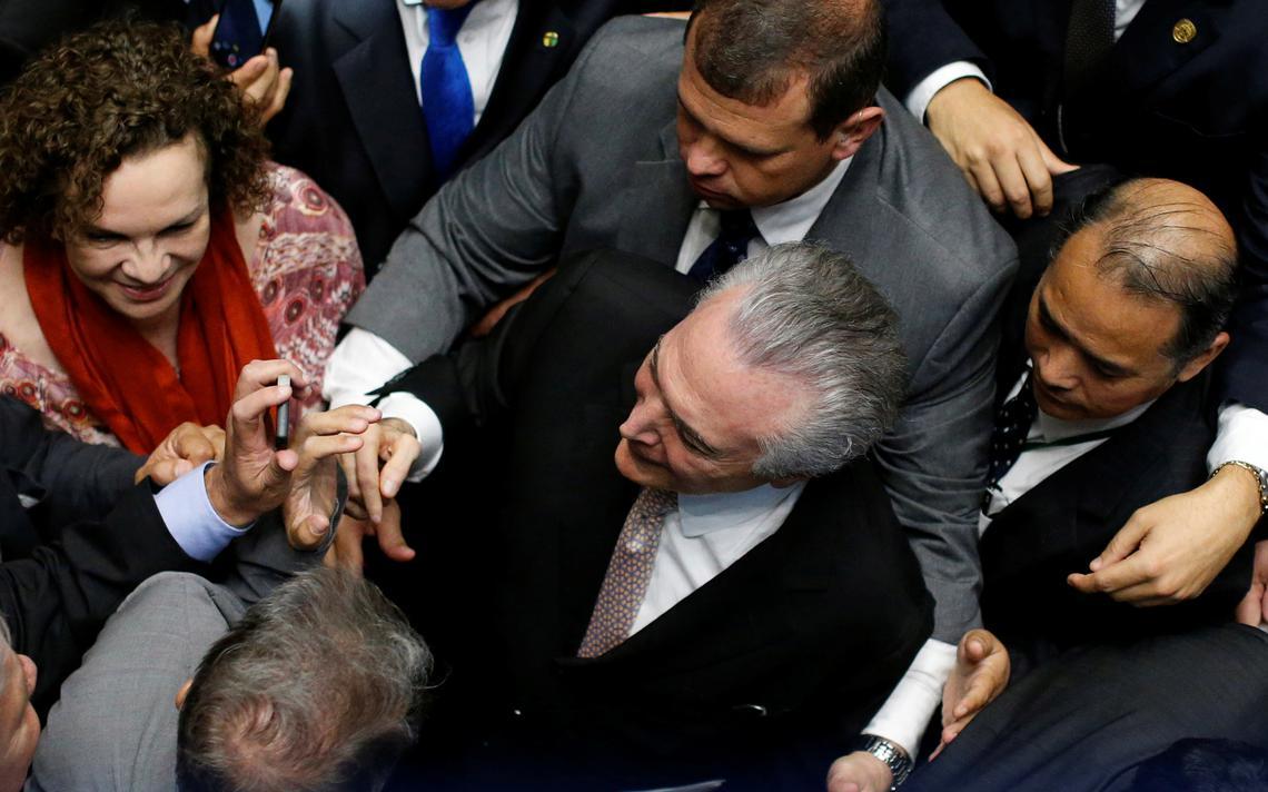 Temer é cercado por parlamentares antes de assinar termo de posse no Congresso