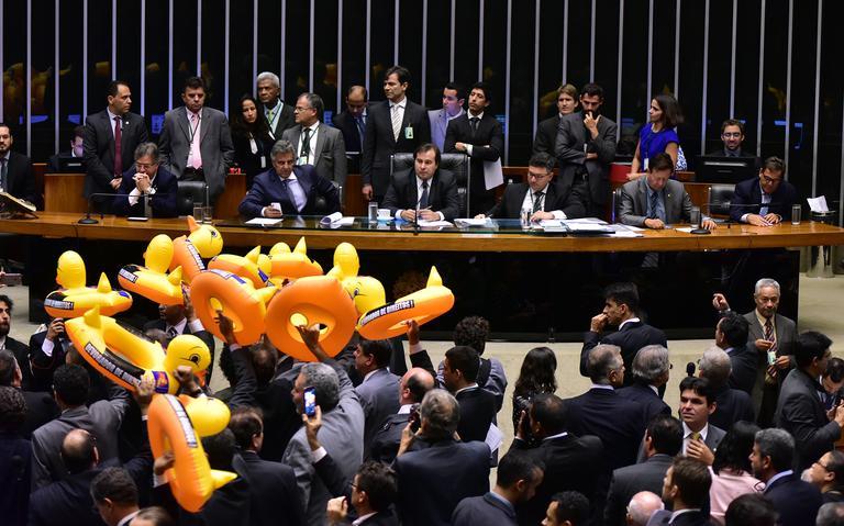 Oposição protesta durante votação da terceirização na Câmara