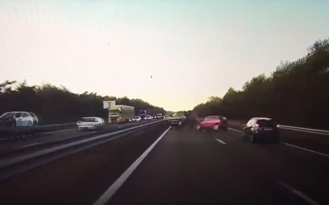 Cena do acidente que levou o piloto automático da Tesla a frear