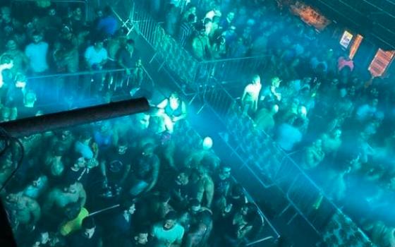 O alto potencial de transmissão de covid em festas e baladas