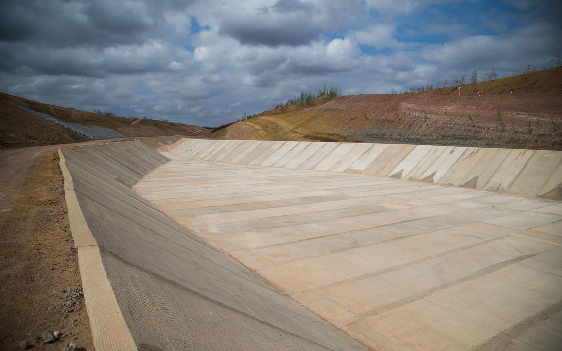 Trecho de canal de transposição ainda sem água, em Pernambuco