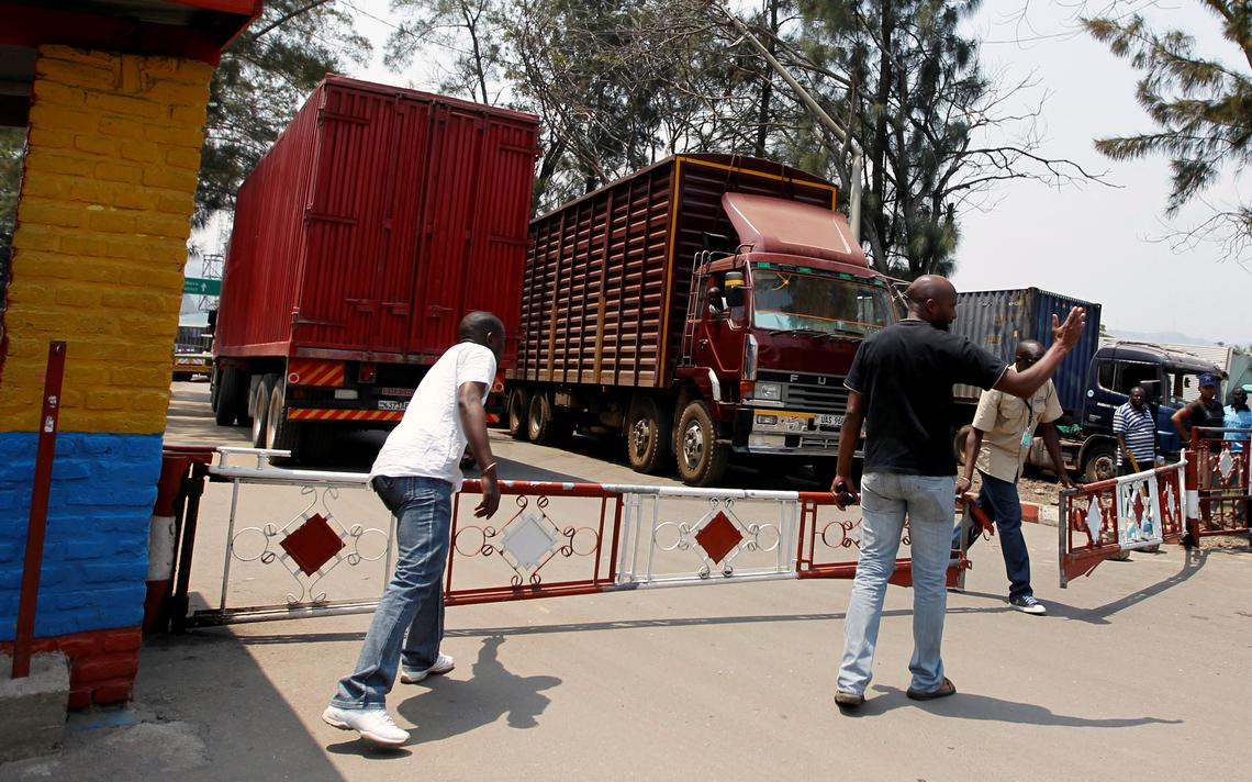 Oficiais controlam posto de fronteira entre Ruanda e a República Democrática do Congo