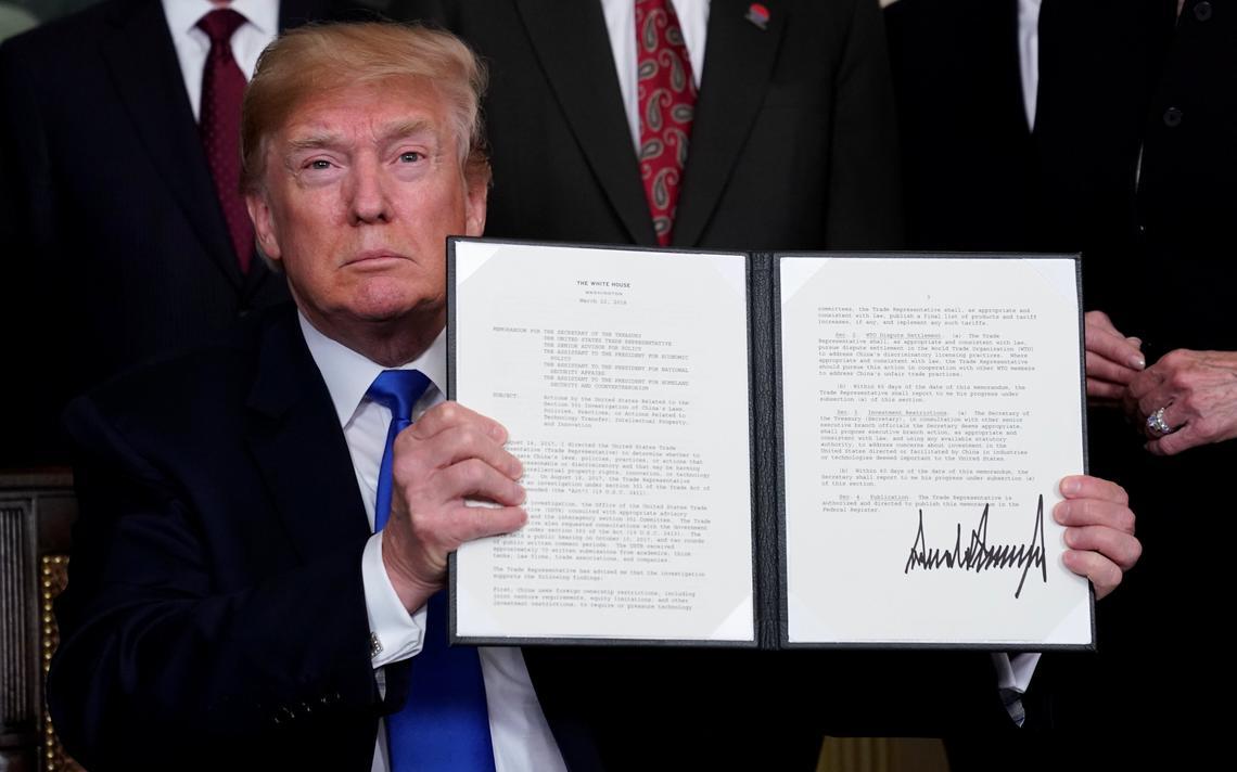 Trump apresenta aos fotógrafos o documento que estabelece novas alíquotas para produtos chineses