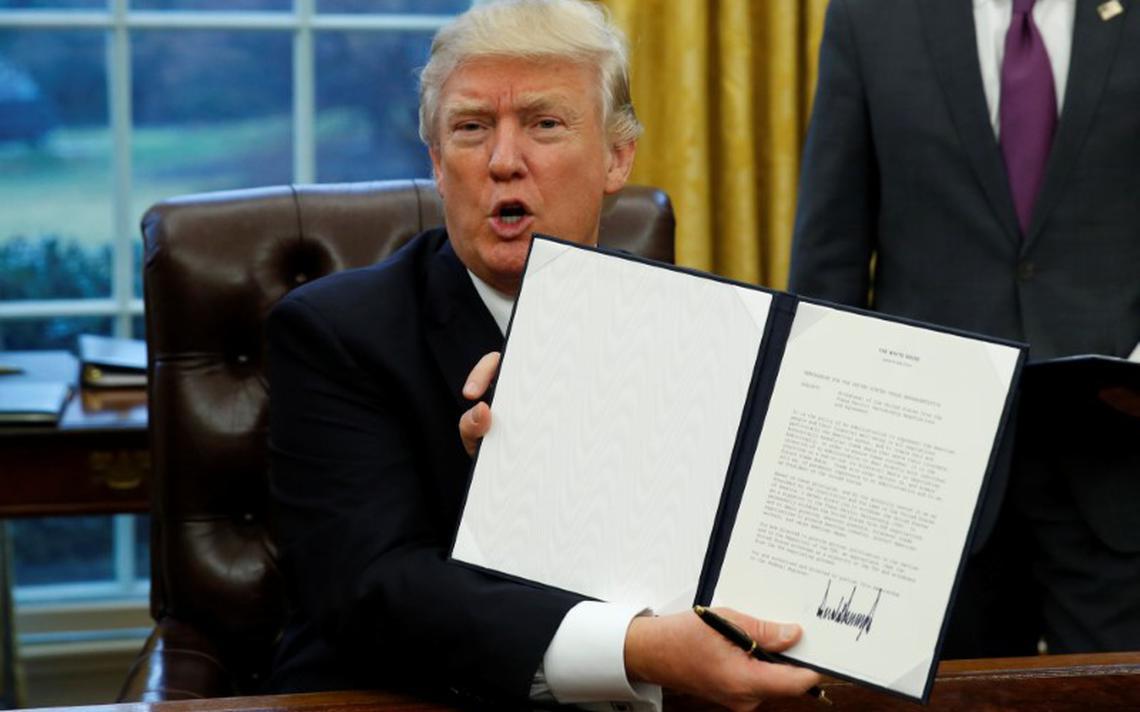 No Salão Oval da Casa Branca, Trump assina decreto de saída do TPP
