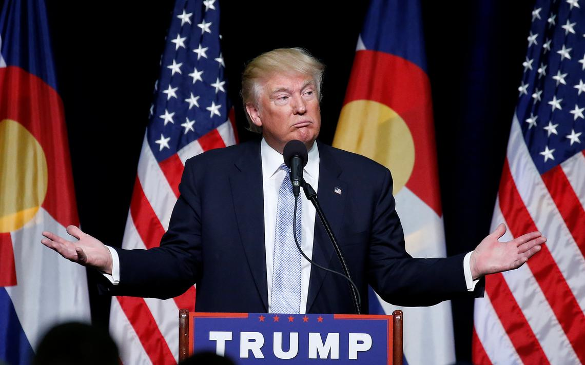 Candidato republicano à presidência dos EUA reage durante discurso