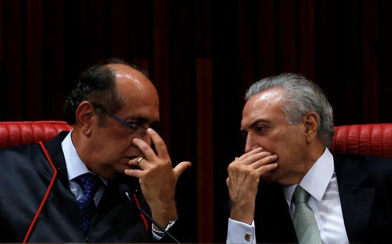 Gilmar Mendes e Michel Temer conversam durante cerimônia no TSE