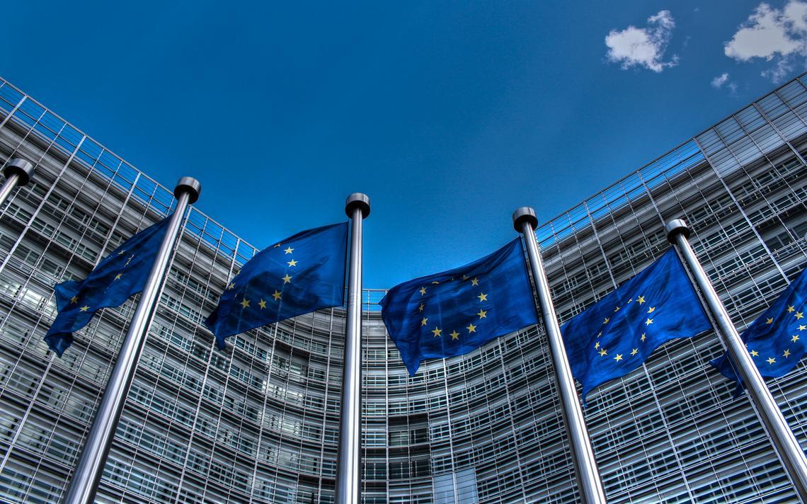 Prédio da União Europeia na Bélgica com bandeiras do grupo