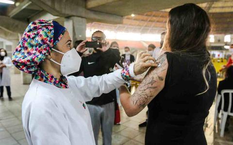 Como prefeituras tentam frear os 'sommeliers de vacina'