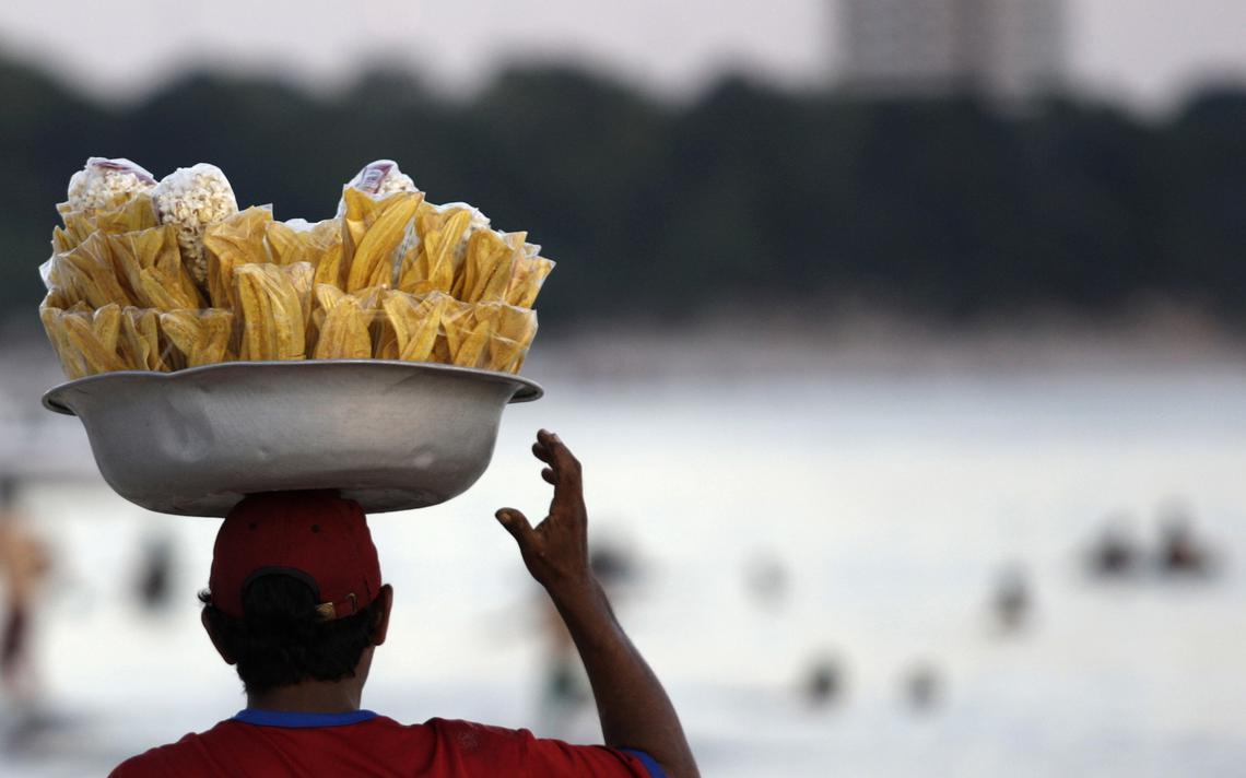 Ambulante vende comida em Manaus