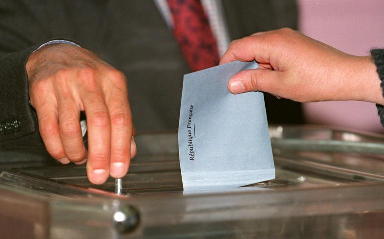 Eleitora deposita voto em urna em eleição presidencial na França na década de 1990
