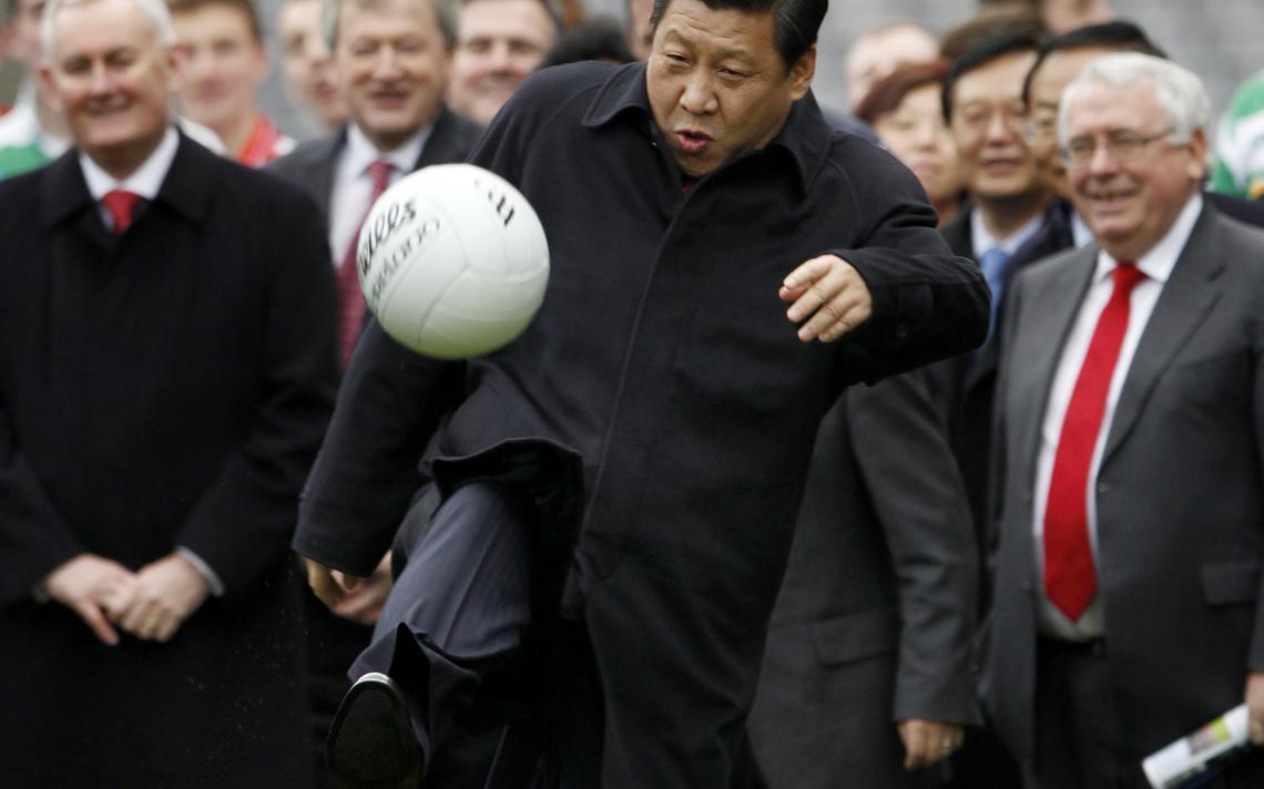 Político é um dos maiores entusiastas do futebol no país