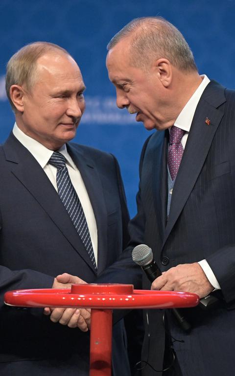Putin e Erdogan em cerimônia em Istambul