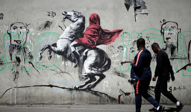 Banksy faz referência a quadro com Napoleão em estêncil em Paris