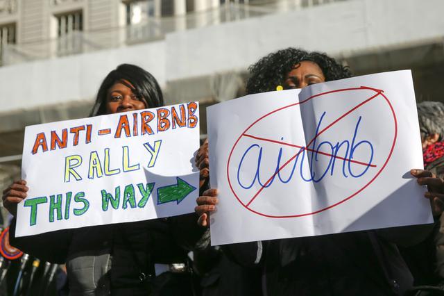 Manifestantes protestaram em 2015 contra a presença do Airbnb em Nova York, nos EUA