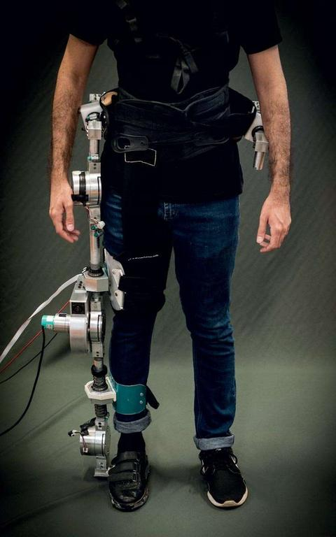 Lado esquerdo do torso de um homem está conectado a um exoesqueleto robótico