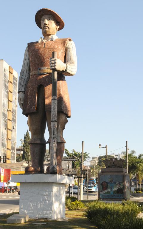 Monumentos em homenagem a Borba Gato, na confluência das avenidas Santo Amaro e Adolfo Pinheiro