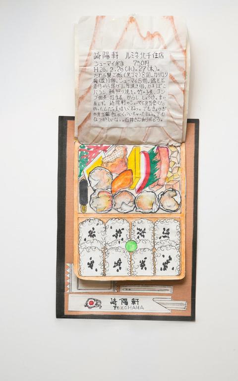 Bentô com arroz, sushi e outros aperitivos. A ilustração é de toda marmita com a tampa aberta