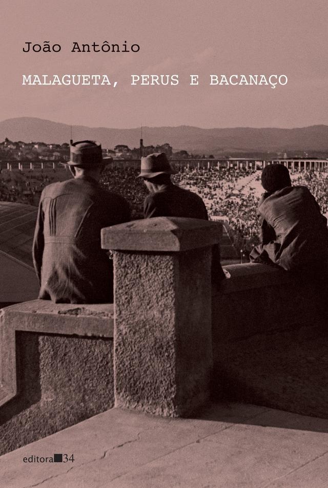 """Capa do livro """"Malagueta, Perus e Bacanaço"""", ilustrada com uma foto antiga de três homens de costas sentados sobre uma mureta"""